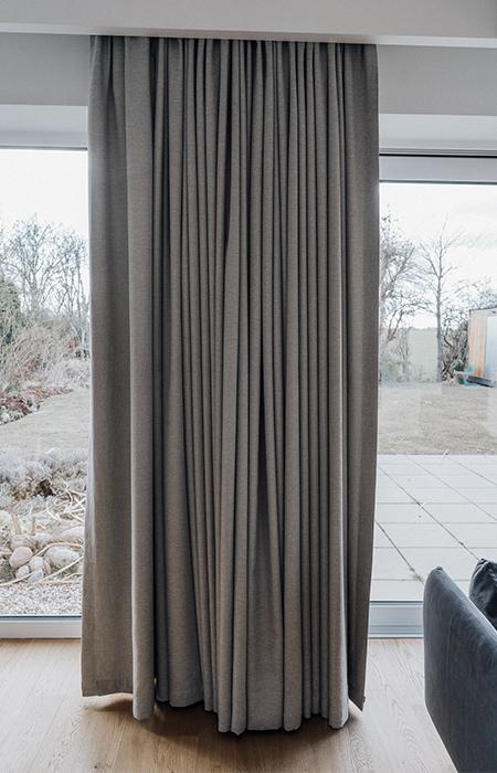 Zasłony na fleksach na oknie tarasowym