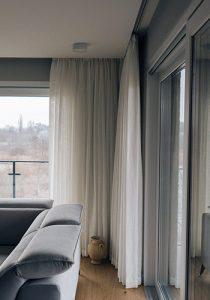 jasna zasłona na oknie balkonowym