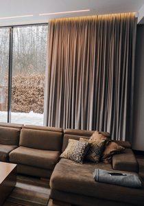 długa zasłona na oknie na taras